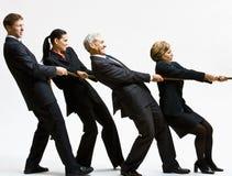 Bedrijfs mensen die touwtrekwedstrijd spelen Stock Fotografie