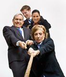 Bedrijfs mensen die touwtrekwedstrijd spelen Royalty-vrije Stock Afbeelding