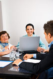 Bedrijfs mensen die vergadering in bureau hebben Royalty-vrije Stock Afbeeldingen