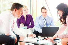 Bedrijfs mensen die vergadering in bureau hebben Royalty-vrije Stock Fotografie