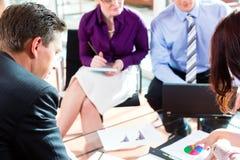 Bedrijfs mensen die vergadering in bureau hebben Stock Afbeelding