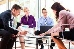 Bedrijfs mensen die vergadering in bureau hebben
