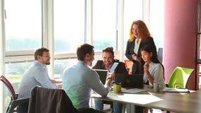 Bedrijfs mensen die vergadering in bureau hebben stock videobeelden