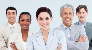 Bedrijfs mensen die zich met gevouwen wapens bevinden Royalty-vrije Stock Foto