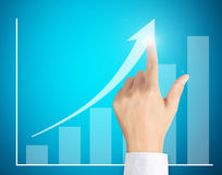 Bedrijfs mensen duwende grafiek Stock Afbeeldingen