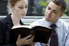 Bedrijfs Mensen en de Bijbel Stock Foto