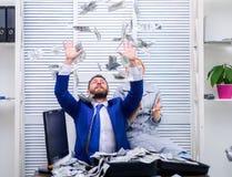 Bedrijfs, mensen en financiënconcept Zakenman die een verspreiding van contant geldgeld tonen Financiële markt Vrolijke mens royalty-vrije stock fotografie