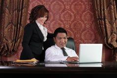 Bedrijfs mensen in het bureau Royalty-vrije Stock Afbeeldingen