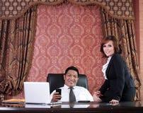 Bedrijfs mensen in het bureau Royalty-vrije Stock Foto's