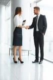 Bedrijfs mensen Het succesvolle Partner Schudden dient Th in Royalty-vrije Stock Foto