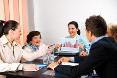 Bedrijfs mensen met diagram op vergadering stock afbeeldingen