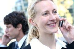 Bedrijfs mensen op celtelefoons Royalty-vrije Stock Foto's