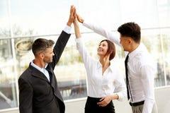 Bedrijfs mensen Succesvol Team Celebrating een Overeenkomst royalty-vrije stock afbeelding