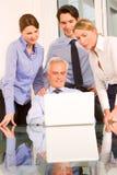 Bedrijfs mensen tijdens een werkende vergadering stock fotografie