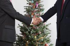 Bedrijfs mensen vooraan Kerstmisboom Royalty-vrije Stock Fotografie