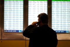 Bedrijfs mensen wachtende vlucht stock foto