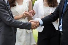 Bedrijfs mensenhanddruk Succeszaken Succesvolle overeenkomst na grote vergadering Horizontale, vage achtergrond royalty-vrije stock fotografie