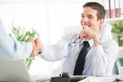 Bedrijfs overeenkomst Hogere volwassen zakenman Royalty-vrije Stock Foto