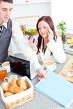 Bedrijfs paar dat bereid gaan werken wordt Stock Foto