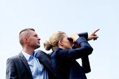 Bedrijfs paar dat de hemel bekijkt Stock Foto