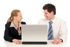 Bedrijfs paar met laptop Stock Afbeeldingen