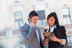 Bedrijfs paar in openlucht met tablet. Stock Fotografie