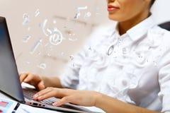 Bedrijfs persoon die aan computer werken Stock Foto's