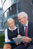 Bedrijfs planning met tablet stock foto