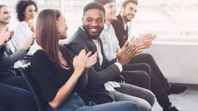 Bedrijfs presentatie Managers die handen slaan bij opleiding stock afbeeldingen