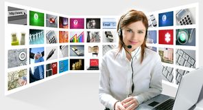 Bedrijfs redhead mooie vrouwenhoofdtelefoons royalty-vrije stock foto's