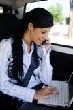 Bedrijfs reis: onderneemster met laptop in auto Royalty-vrije Stock Foto