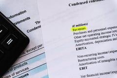 Bedrijfs samenstelling Financiële analyse - inkomensverklaring, businessplan met glas royalty-vrije stock foto