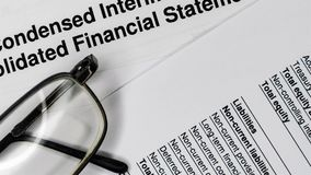 Bedrijfs samenstelling Financi?le analyse - inkomensverklaring stock videobeelden