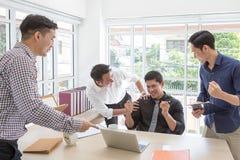 Bedrijfs successCelebrate succes Het commerciële team viert een goede baan in het bureau stock afbeelding