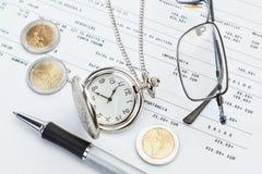 Bedrijfs symbolen op het achtergronddocument op de bank. Royalty-vrije Stock Fotografie