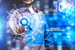 Bedrijfs, Technologie, van Internet en van het netwerk concept De jonge zakenman die aan het virtueel scherm van de toekomst werk stock illustratie