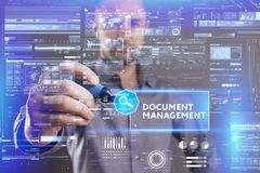 Bedrijfs, Technologie, van Internet en van het netwerk concept De jonge zakenman die aan het virtueel scherm van de toekomst werk stock afbeelding