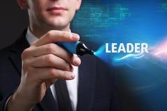 Bedrijfs, Technologie, van Internet en van het netwerk concept De jonge zakenman die aan het virtueel scherm van de toekomst werk stock foto's