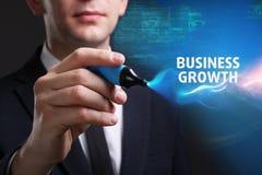 Bedrijfs, Technologie, van Internet en van het netwerk concept De jonge zakenman die aan het virtueel scherm van de toekomst werk royalty-vrije stock foto