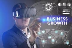 Bedrijfs, Technologie, van Internet en van het netwerk concept Het jonge zakenman werken in virtuele werkelijkheidsglazen ziet de royalty-vrije stock afbeeldingen