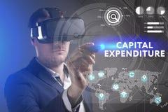 Bedrijfs, Technologie, van Internet en van het netwerk concept Het jonge zakenman werken in virtuele werkelijkheidsglazen ziet de royalty-vrije stock fotografie