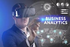 Bedrijfs, Technologie, van Internet en van het netwerk concept Het jonge zakenman werken in virtuele werkelijkheidsglazen ziet de royalty-vrije stock foto's