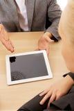 Bedrijfs vergadering-mens die iets op tablet tonen Royalty-vrije Stock Fotografie