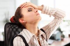 Bedrijfs vermoeid vrouw gedeprimeerd in bureau Stock Afbeeldingen