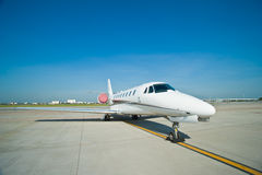 Bedrijfs vliegtuig dat bij de luchthaven wordt geparkeerd Royalty-vrije Stock Afbeelding