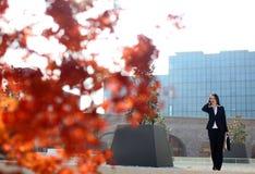 Bedrijfs vrouw buiten een bureaugebouw Stock Fotografie