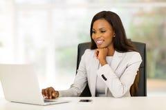 Bedrijfs vrouw in bureau Stock Afbeeldingen