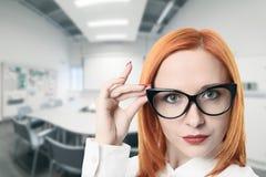 Bedrijfs vrouw in conferentieruimte Royalty-vrije Stock Foto's