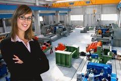 Bedrijfs vrouw in de industrie stock afbeelding