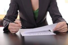 Bedrijfs vrouw dichtbij contract Stock Fotografie